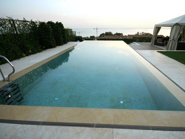 Mattonelle per bordo piscina: bordi e pavimentazione per piscina in